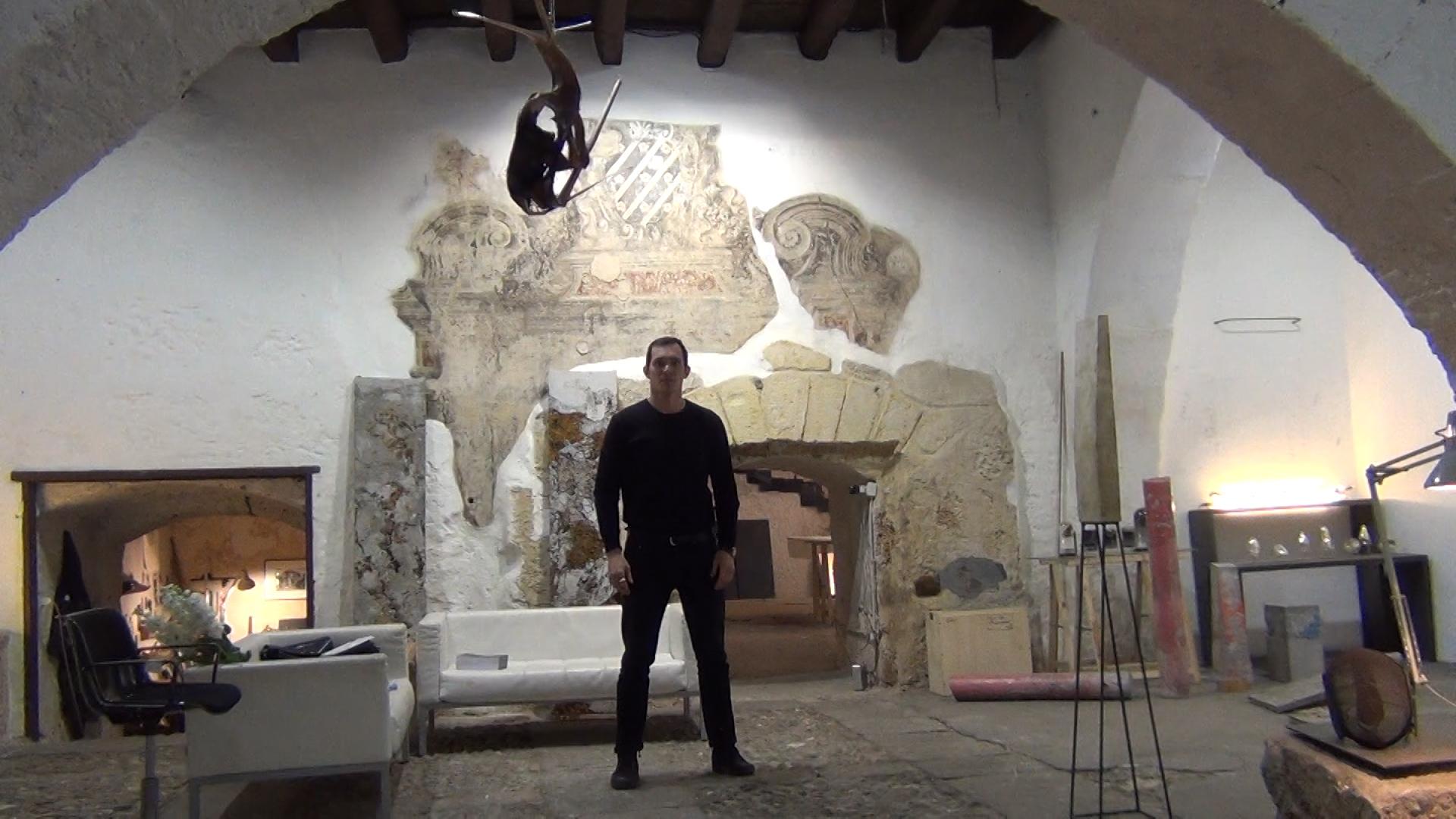 Michele Tiberio nel suo studio a Palermo